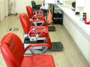 【ユニセックススペース】赤い椅子が印象的です